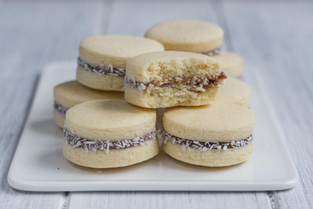Alfajores jsou křehké sušenky splepované dulce de leche, které se vám budou rozplývat na jazyku. Kamkoliv je přinesu, hned se po nich zapráší!