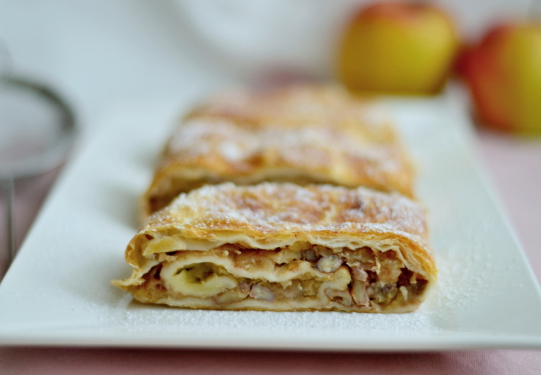 This is my favourite recipe for Apple Strudel, a delicious cake made with puff pastry and filled with apples, nuts, raisins and cinnamon.