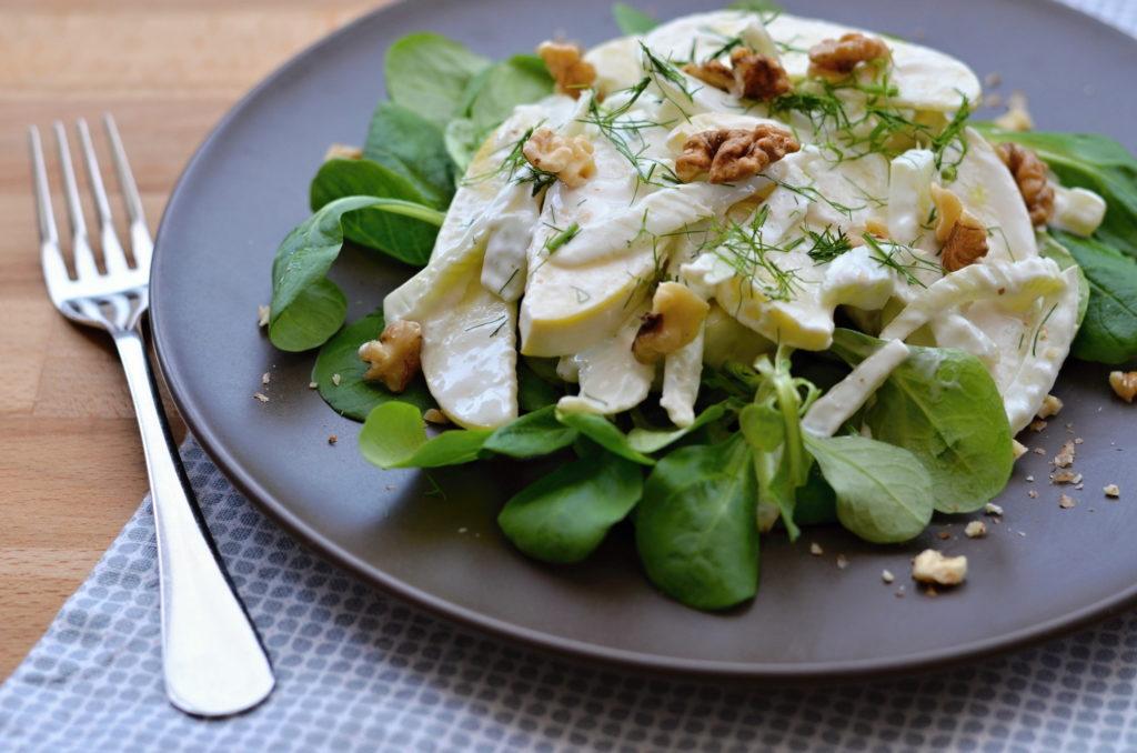 Fenyklový salát s dresinkem z kozího sýra
