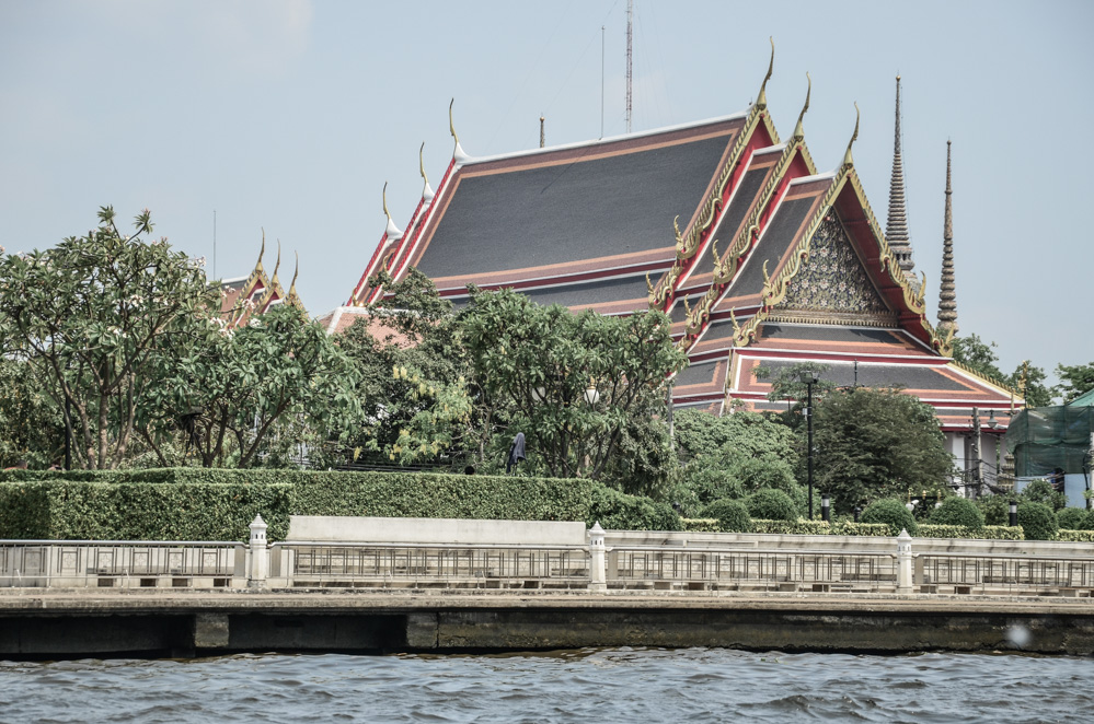 If you travel to Bangkok, I strongly recommend you to do this Chao Phraya River boat tour in order to experience the city's waterways and observe the life.