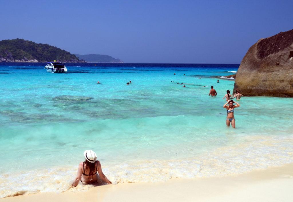 Similan ostrovy tvoří 9 granitových ostrůvků porostlých hustými tropickými lesy a obklopených křišťálově průzračným mořem a bílými písečnými plážemi.