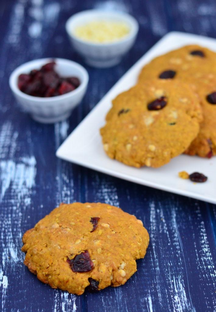 Dýňovo-ovesné cookies se rozpouští na jazyku, krásně voní skořicí a září dýňovou barvou. Navíc obsahují minimum másla a měkké vydrží několik dní!