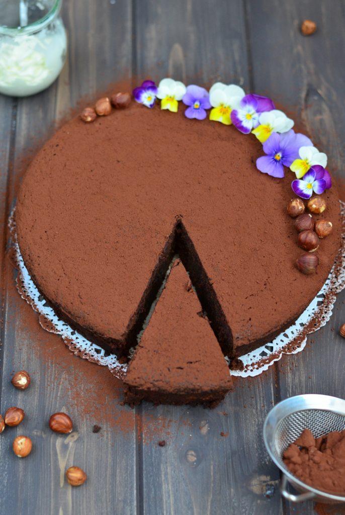 Čokoládovo-oříškový dort se sušenými švestkami v portském
