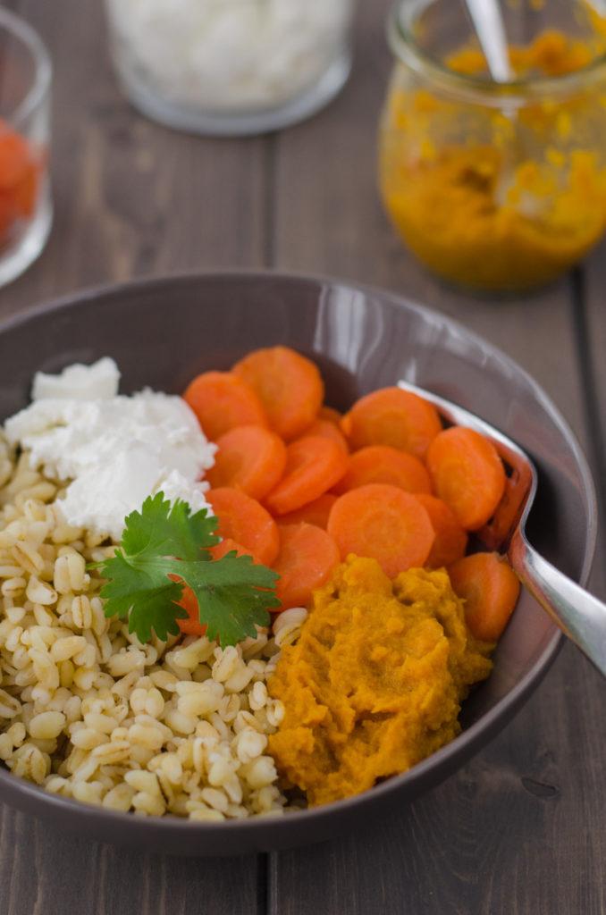 Tento pšeničný salát s mrkví je delikatesa s čerstvým kozím sýrem a sladkou, jemně pikantní mrkvovou omáčkou, vhodný jako hlavní chod.