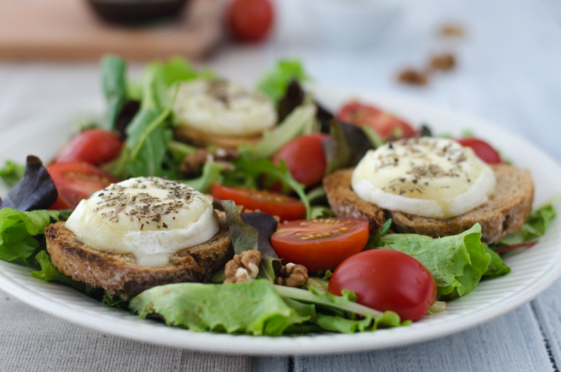 Salade de chèvre chaud alias Warm Goat Cheese Salad is quick, incredibly tasty and fills you up well. In 20 minutes you can have the perfect dish