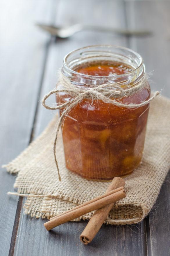 Tady je můj oblíbený broskvový džem se skořicí a rumem, který krásně voní a chutná. Skořice a rum dodají džemu chuť, že se budete se olizovat až za ušima!