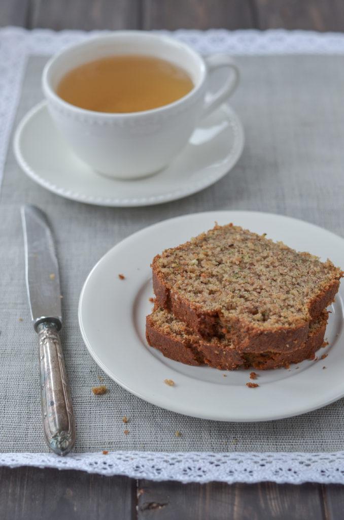 Cuketový chlebíček je vláčný díky nastrouhané cuketě a rozpadá se na jazyku díky mletým oříškům a jablečené přesnídávce. To vše s minimální dávkou oleje!