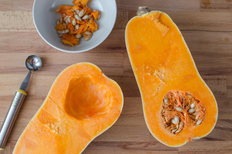Dnes vám přináším další vynikající podzimní bezmasý pokrm: pečená máslové dýně s listovým špenátem, česnekem, modrým plísňovým sýrem a zakysanou smetanou.