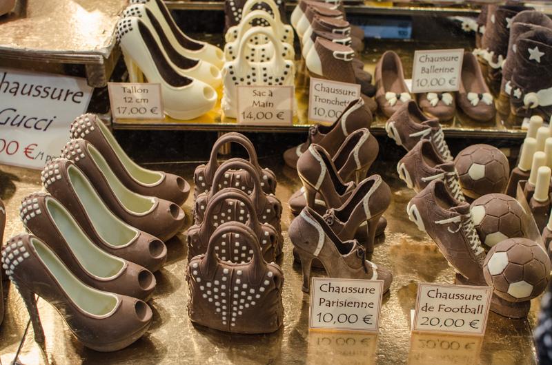 Čokoláda, pralinky, tarteletky, makronky, no a třeba i šaty z čokolády. Tak vypadá salon čokolády v Paříži, největší čokoládová akce na světě.