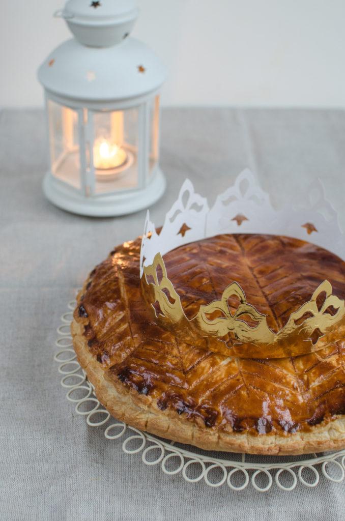 Galette des rois, neboli francouzský tříkrálový koláč, je křehký, dozlatova upečený koláč z listového těsta plněný vláčnou mandlovou náplní.