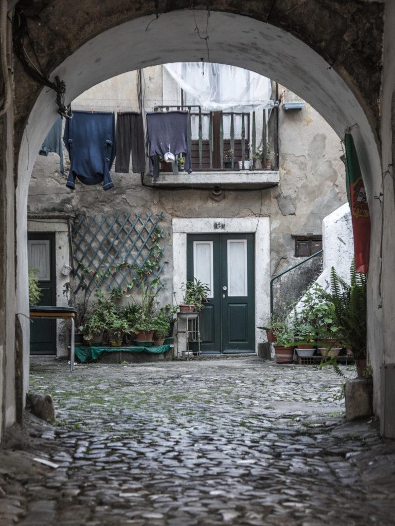 Alfama je spleť úzkých uliček a starých domů, kde lidé dodnes žijí tradičním způsobem. Vydejte se se mnou na ranní procházku po nejstarší části Lisabonu.