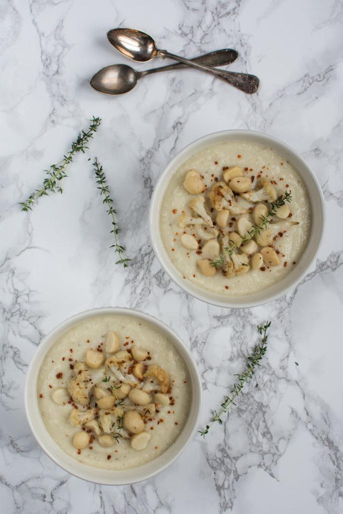 Polévka s výraznou chutí květáku pečeného s česnekem, kořením a tymiánem. Tato krémová polévka z pečeného květáku je vhodná též pro vegany.