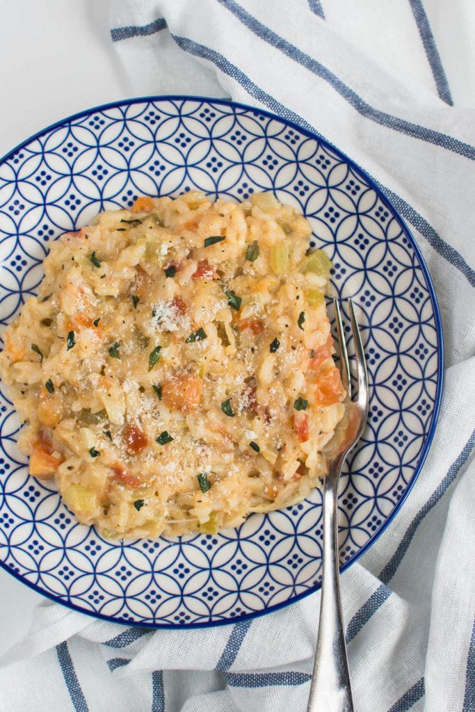 Krémové rizoto s rajčaty, bůvolí mozzarellou a čerstvou bazalkou je nejlepší rizoto, které jsem kdy ochutnala a dnes se s vámi podělím o recept.