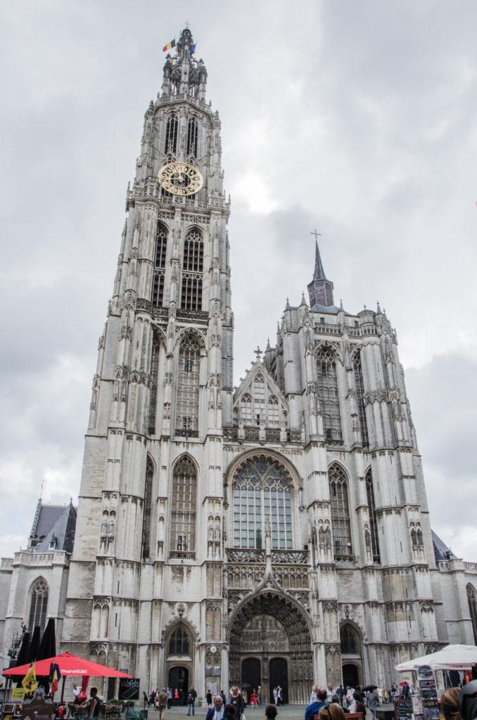 Dnes pro vás mám tip na výlet z Bruselu. Vydejte se mnou na virtuální prohlídku města, která vás bude inspirovat k tomu, co vidět a podniknout v Antverpách.