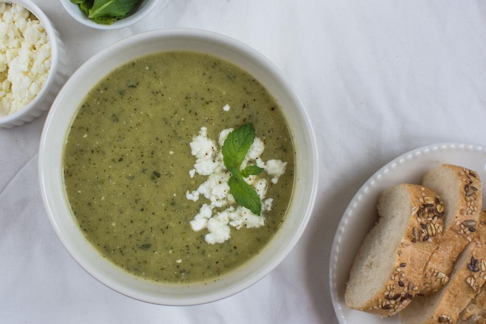 Letní cuketová polévka s mátou a fetou vás mile překvapí! Navíc chutná výborně jak teplá, tak i krásně osvěží, pokud je podávaná vychlazená.