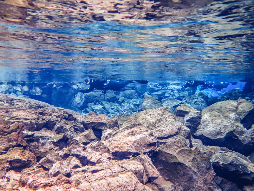 Silfra je laguna v národním parku Thingvellir, ve které se střetávají Severoamerická a Eurasijská tektonická deska a vy se na to pod vodou můžete podívat!