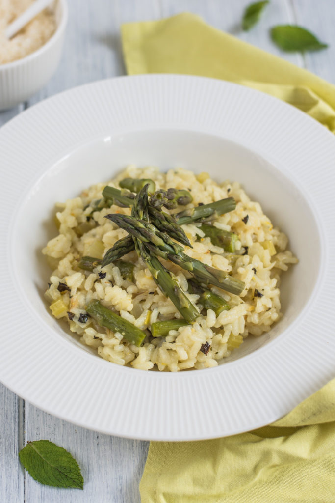 Asparagus risotto belongs to my favorite spring dishes. It is slightly creamy with a delicate taste of asparagus and freshness of lemon and mint.