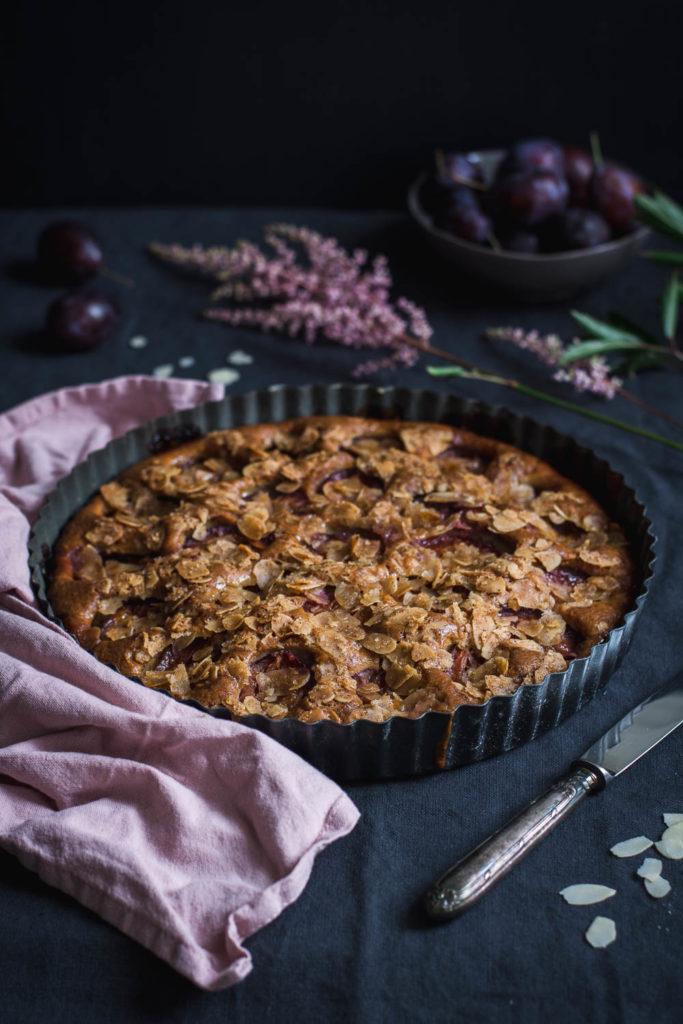 S koncem léta tu máme kromě mírného ochlazení i sezónu švestek, kdo je také miluje? Tady je recept na jeden výborný mandlový švestkový koláč. Ať chutná!