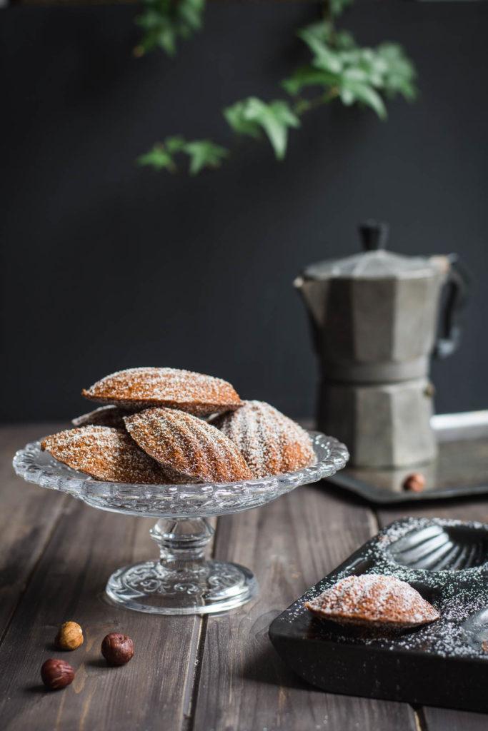 Čokoládovo-oříškové madlenky jsou krásně vláčné a měkounké francouzské čajové koláčky provoněné čokoládou a lískovými oříšky.
