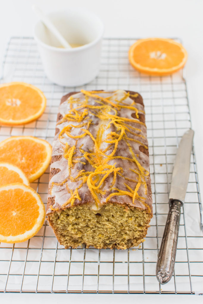Ať už k odpolednímu čaji nebo ke snídani, krásně měkounký a vláčný pomerančovo-mandlový chlebíček vždy potěší ty, kterým ho servírujete.