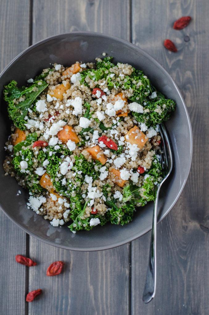 Tenhle výborný salát z quinoy, kadeřávku a batátu je bezva odlehčené hlavní jídlo vhodné pro ty, kdo rádi jedí zdravě, nebo se rozhodli na jaře něco shodit.